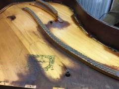 響板のニスもはがします。真っ黒に劣化したニスの下から、きれいな木目の響板が出てきました。この世代の響板は材木も国産だったそうです。
