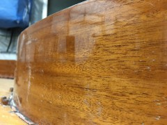 側板の内側には、マホガニーの突板を貼り塗装しました。これも鏡面艶出し仕上げです。