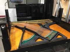部品を外し、ピアノを横に倒します。