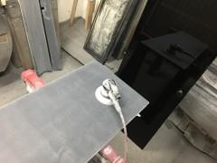 塗装した部品の仕上げ工程。