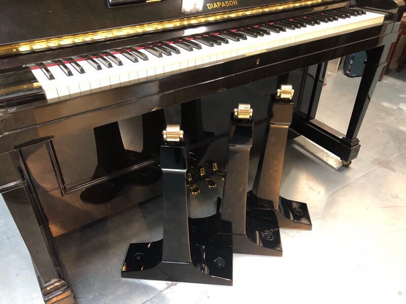 グランドピアノの脚を塗装