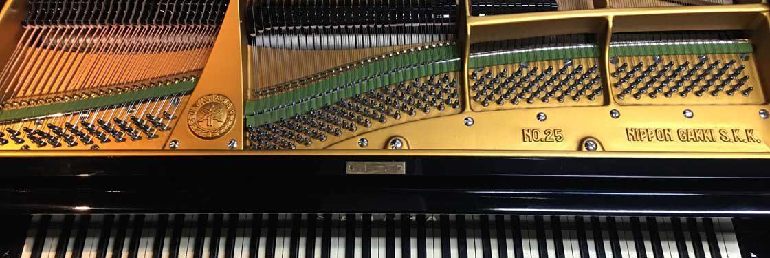 当店はピアノの販売・オーバーホール・全塗装をしています。長い年月の使用に耐える整備を心がけています。