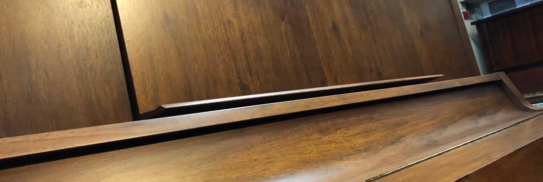 傷ついたピアノの修理もおまかせください。はがれた化粧も傷も、まるでもともとなかったかのように修理します。